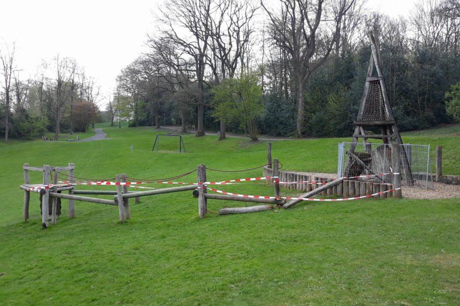 Spielplatz Ehrenhainstr, marodes und abgesperrtes Klettergerüst